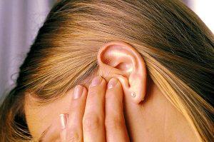 Течет кровь из уха: причины выделений при чистке у врослого или у ребенка, что может значить, если пошла без боли или ночью во сне?