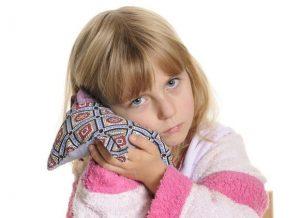 Если у ребенка болит ухо: что делать и как оказать первую помощь